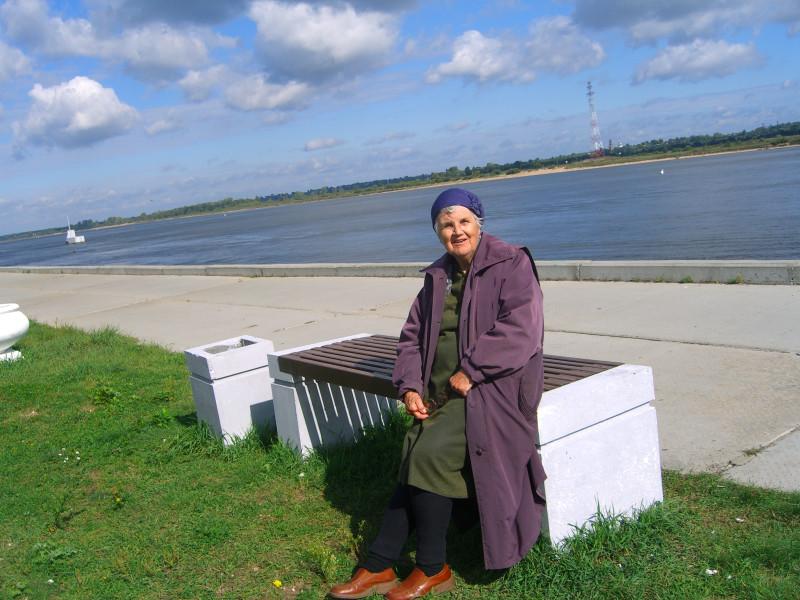 Венера Ивановна у Волги, рядом выставкой улицы Мастеров.
