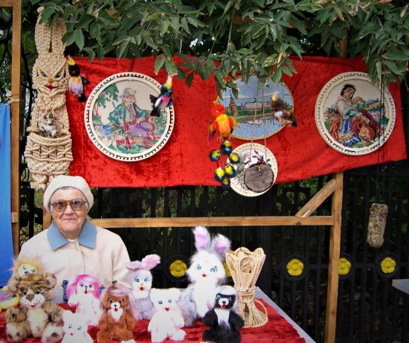 Венера Ивановна со своими работами в один из дней города Балахны, на улице Мастеров
