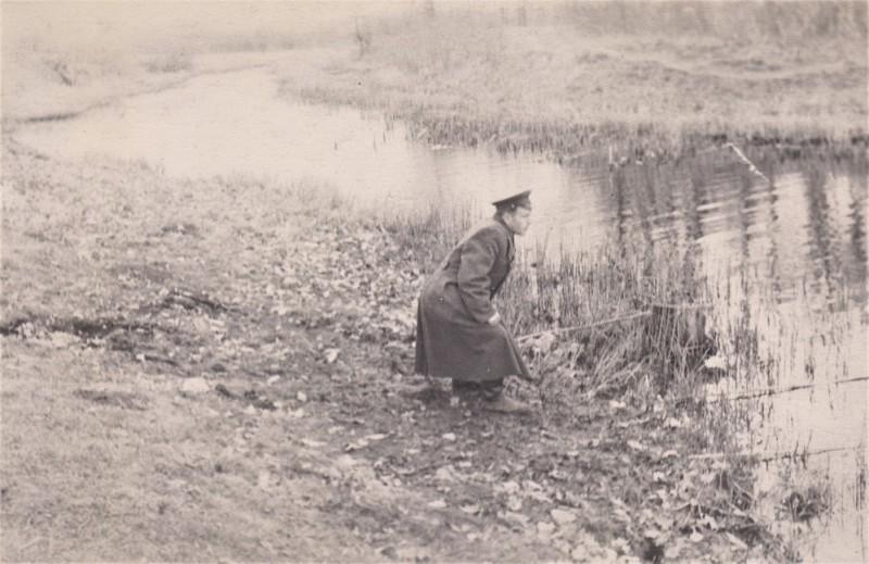 Отец ловит рыбу на речке Пижма