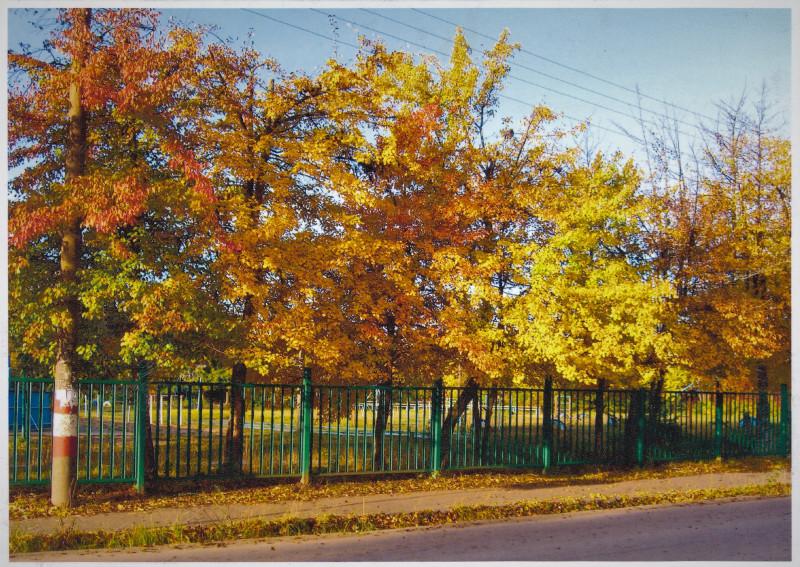 1. За забором школьный двор