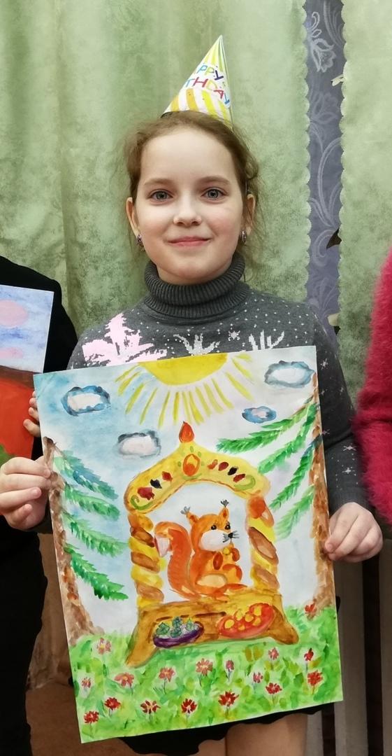Полина со своим рисунком.