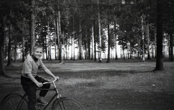 Двоюродный брат Николай на моём велосипеде.