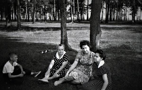 Хорошая беседа. Мамина тётя Анна Павловна Шлепкова (Масальская), мамина сестра Алевтина Николаевна Кирсанова, мама и Коля, сын Алевтины Николаевны.