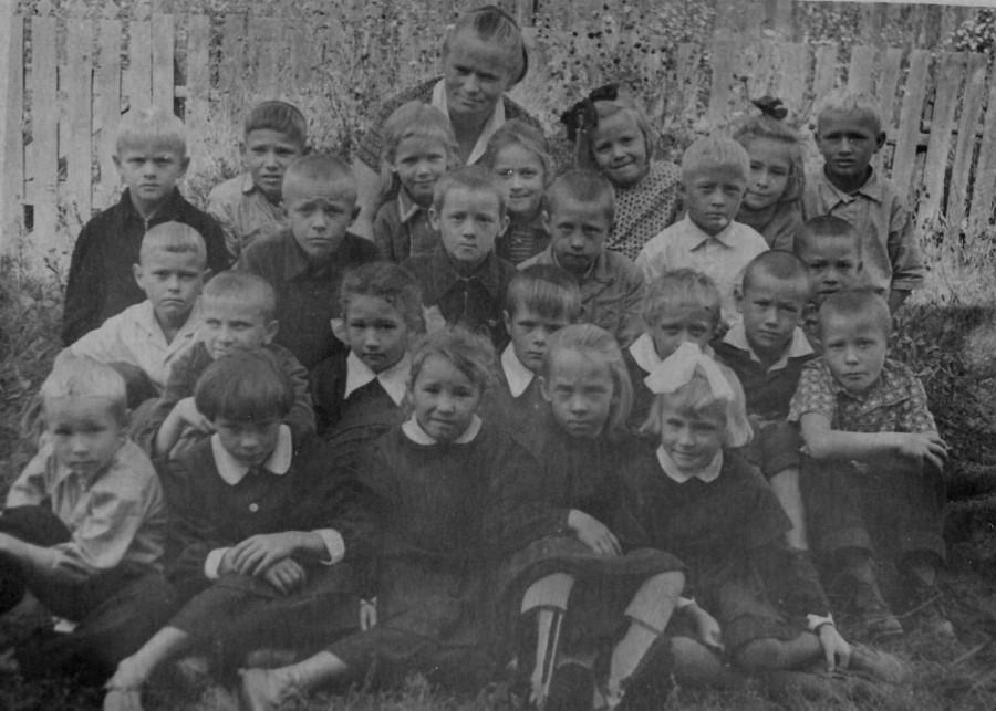 Та же школа с учительницей Тиуновой К.И., 50-е годы.