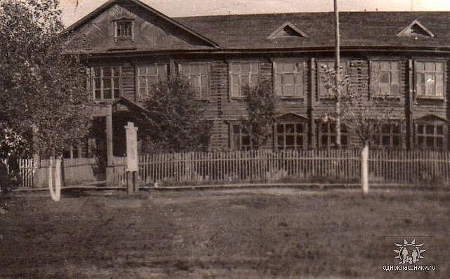 Средняя школа поселка Буреполом. Фото  из Интернета. 60-е годы.