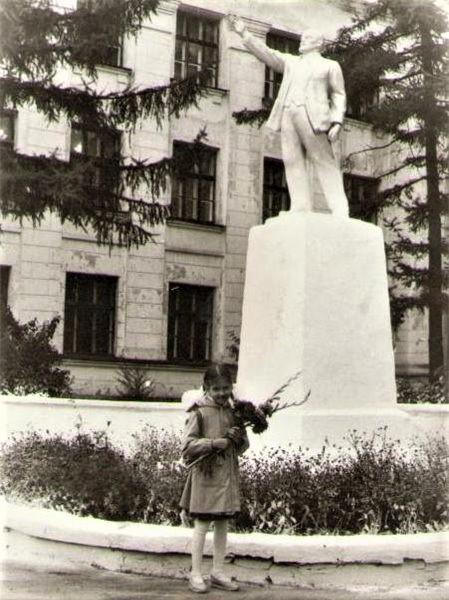 Вот этот памятник на старом фото из интернета.