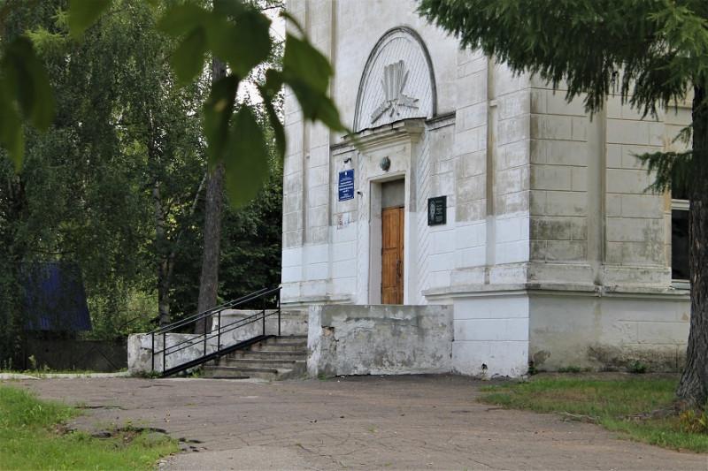 Левое крыло школы.