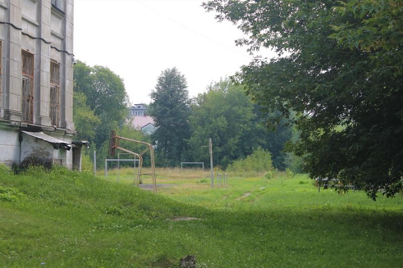 А это двор школы. Сюда мы таскали металлолом.