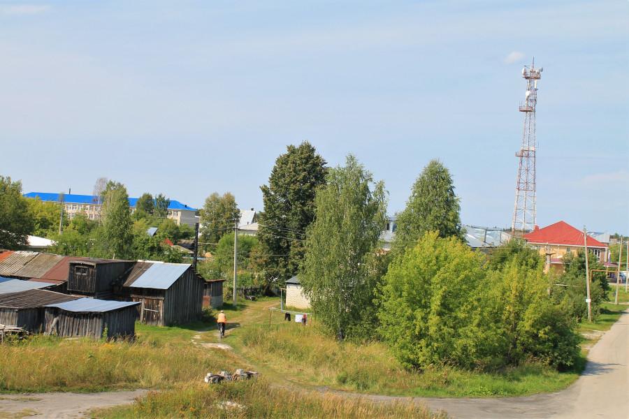Слева просматривается здание новой школы. Где-то там когда-то был наш дом.