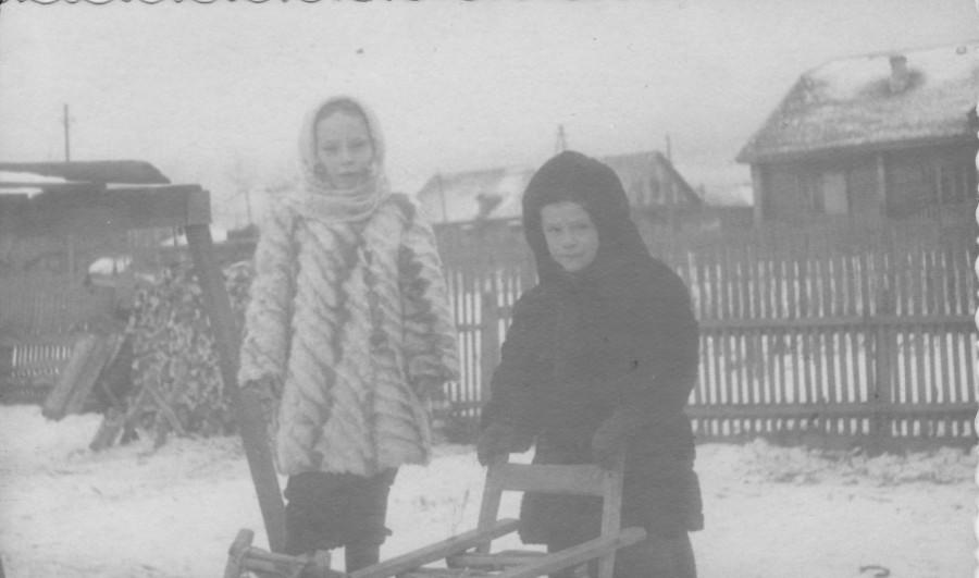 Сухобезводное. 50-е годы. Моя сестра Оля с другом Виктором, в нашем дворе.