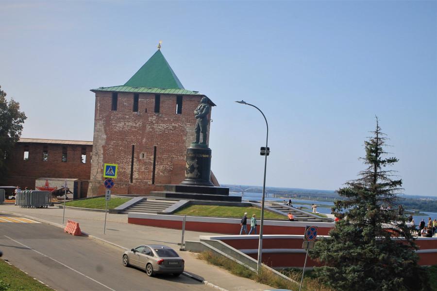 Кремль и памятник нашему легендарному лётчику Валерию Чкалову.