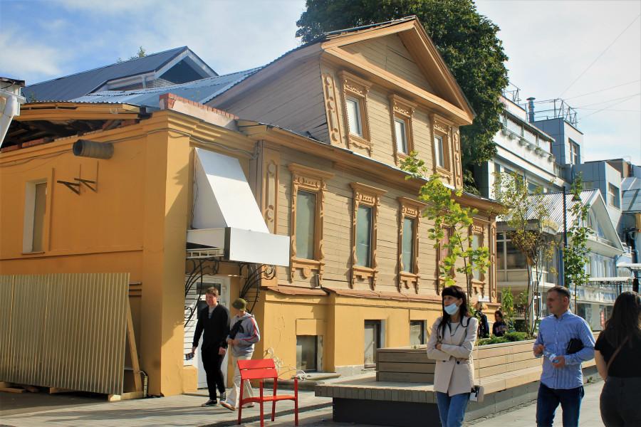 Фасад одного из последних деревянных домиков на Покровке.
