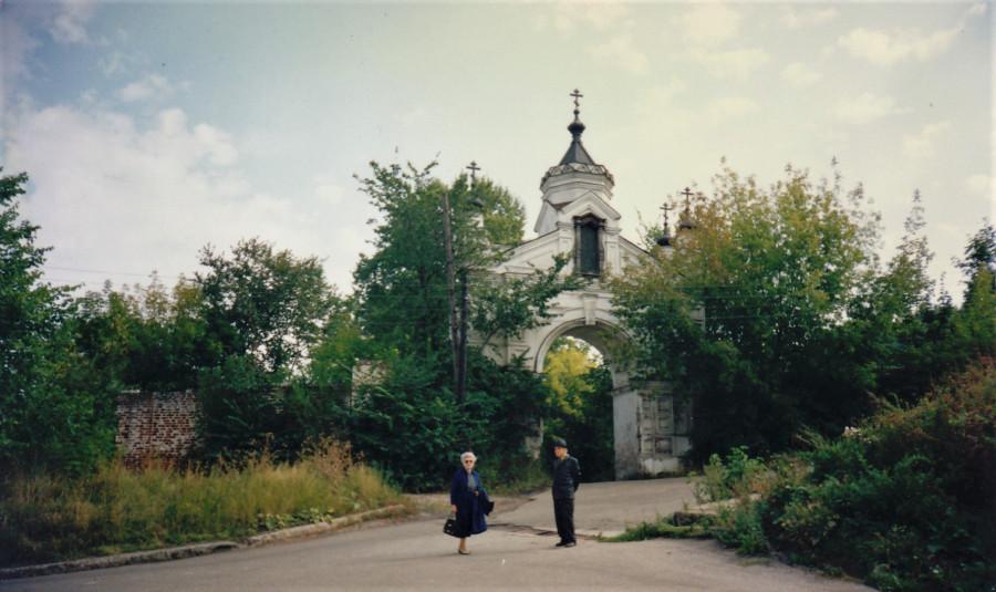Мама и папа возле входа в монастырь у Святых ворот Печерского монастыря. Фото 90-х гг.