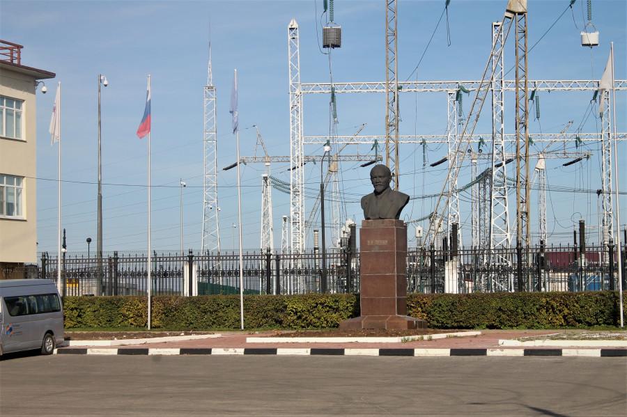 И здесь памятник Ленину, ведь раньше эта ГЭС гордо несла имя вождя.