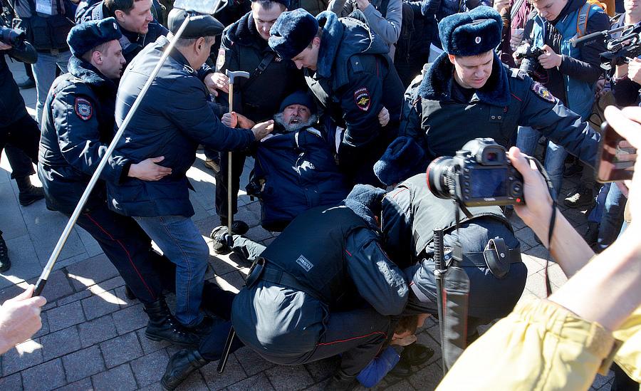 Задержание старика с плакатом Путин 666