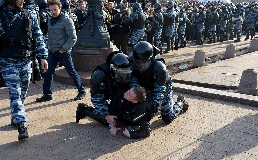Полиция пытается остановить протестующих 26 марта