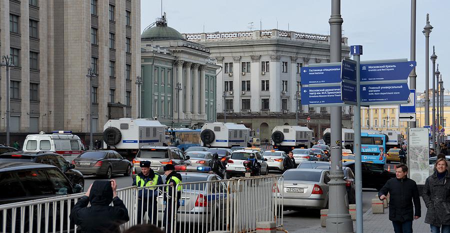 Автозаки увозят людей 26 марта