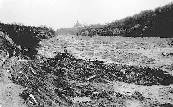 Куреневка9Участок Бабьего Яра ниже гидроотвалов. На дне и откосах оврага— следы грязевого потока. Вид со стороны Лукьяновки
