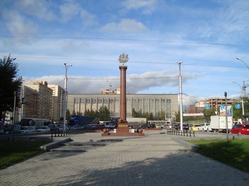 Стела Блокадникам перед зданием ГПНТБ