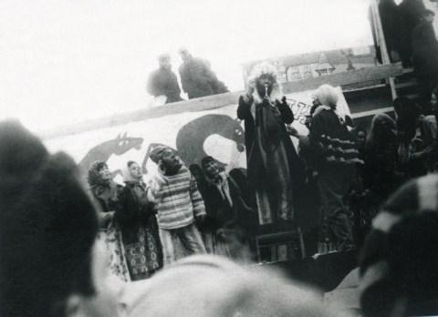 1967.Сцена из спектакля Левша. В центре в роли царя - Ю.И. Кононенко. (Фото из коллекции А. Б. Хуторецкого)