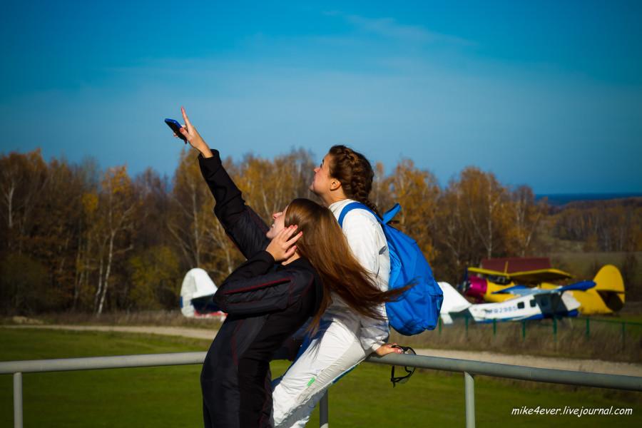 Девченки перед прыжками фотографируются и наблюдают за Своими))