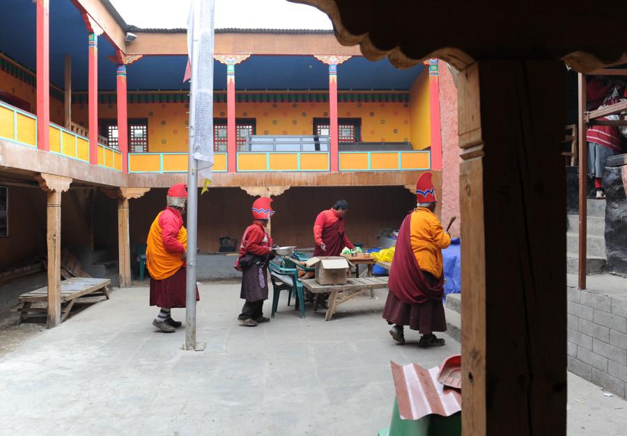 Ламы входят в монастырь