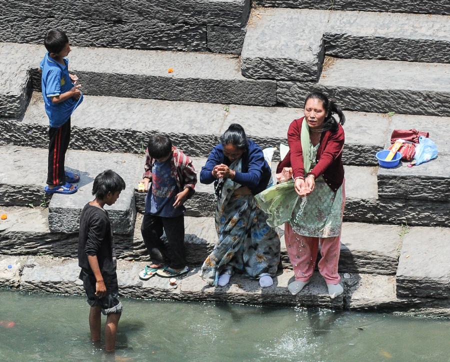 Омовение индуистов водами священной реки Багмати