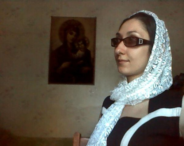 Ника Матвеева перед иконой