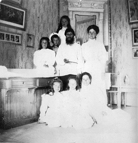 Царская семья с Распутиным