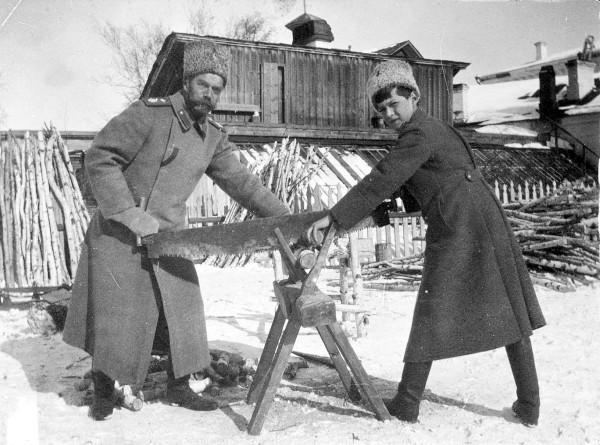 Николай Второй с сыном в заточении