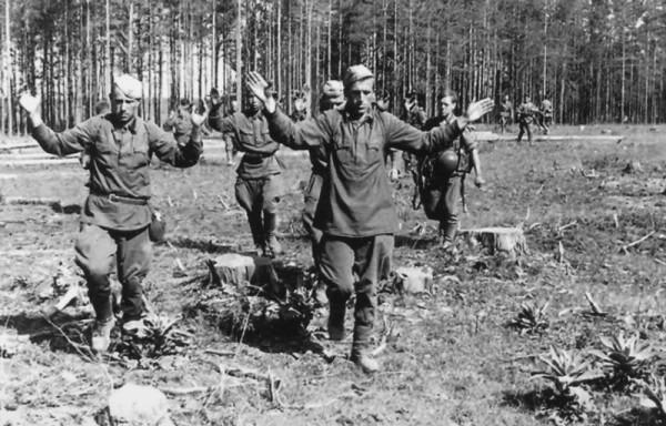 Сдающиеся в немецкий плен советские солдаты