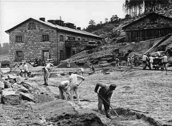 Заключённые концлагеря за работой