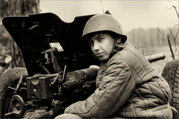 Советский артиллерист у пушки