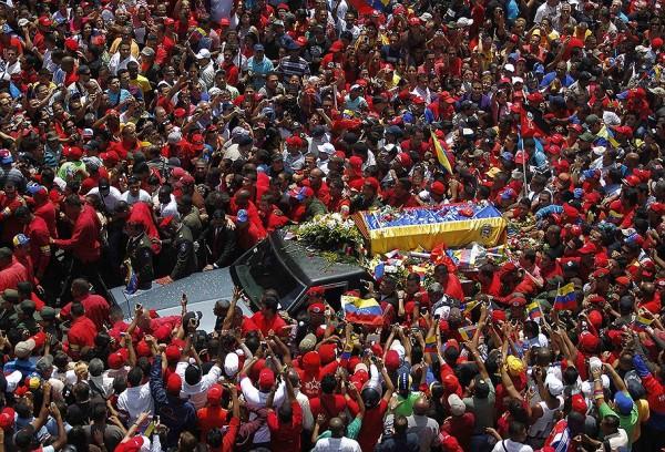 Толпы народа сопровождают гроб Чавеса