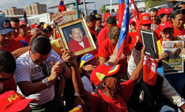Толпы народа с портретами Чавеса