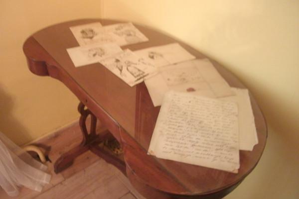 Столик с рисунками