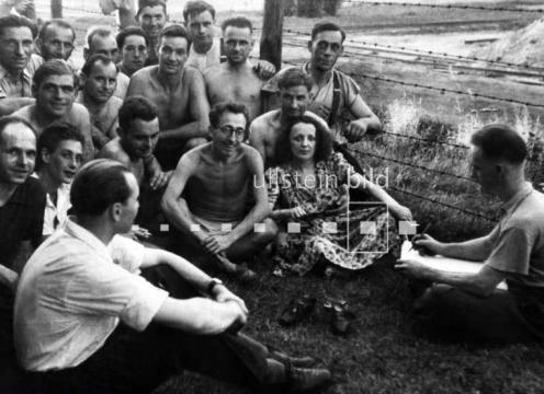 Эдит Пиаф с пленными французами 1944 год