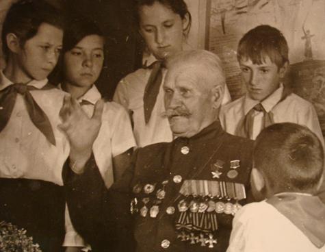 Казак Недорубов на встрече с пионерами