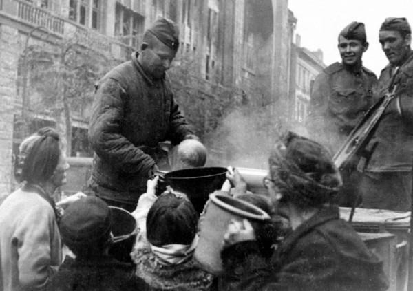 Русские бойцы кормят жителей Берлина