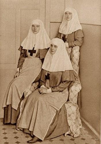 Императрица Александра и царевны сёстрами милосердия