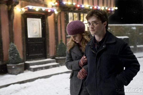 Гарри и Гермиона на рождественской улице