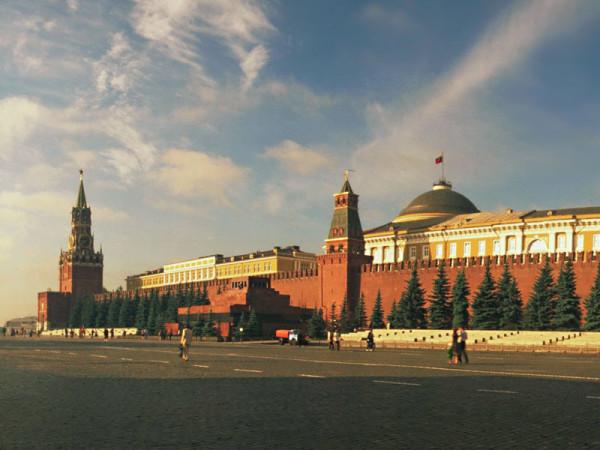 Московский Кремль под триколором