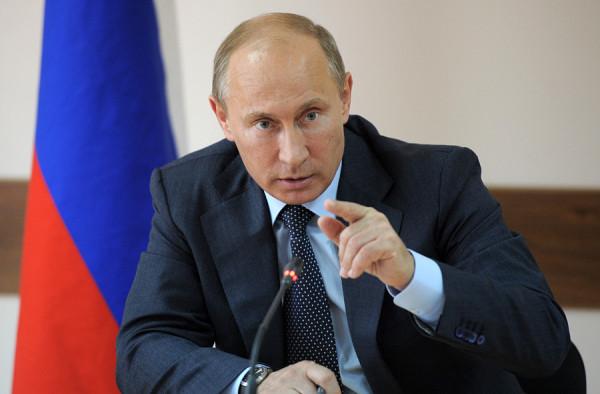 Путин на фоне триколора