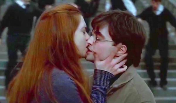 Поцелуй на фоне всеобщего крушения