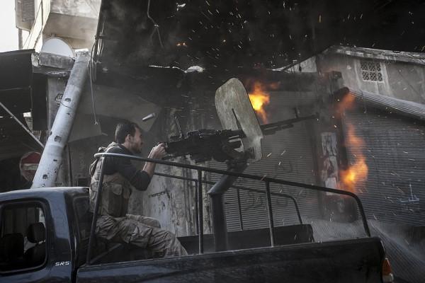 Война в Сирии - боевики ведут огонь