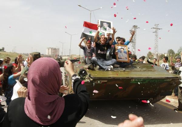 Война в Сирии - народ встречает правительственные войска