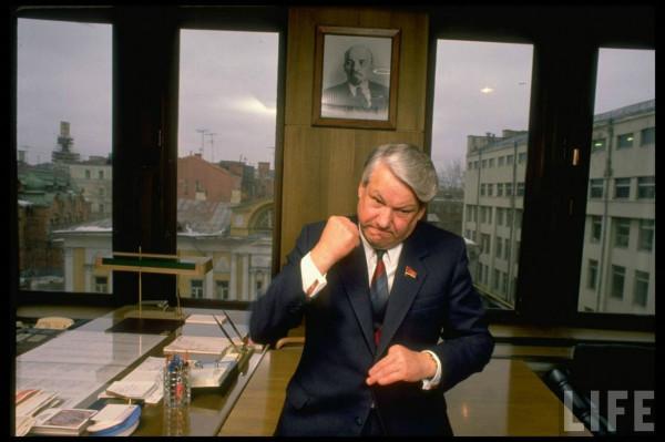 Ельцин кривляется
