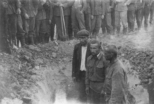 Немцы закапывают русских пленных живьём