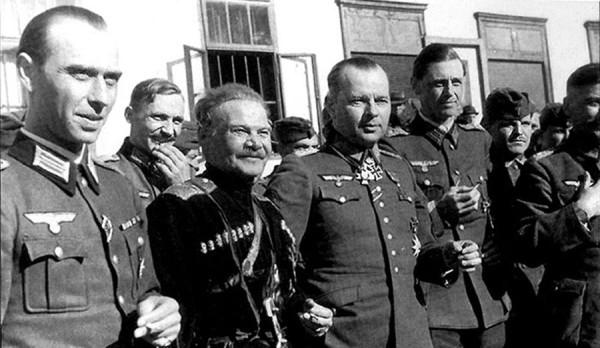 Шкуро в окружении немецких офицеров