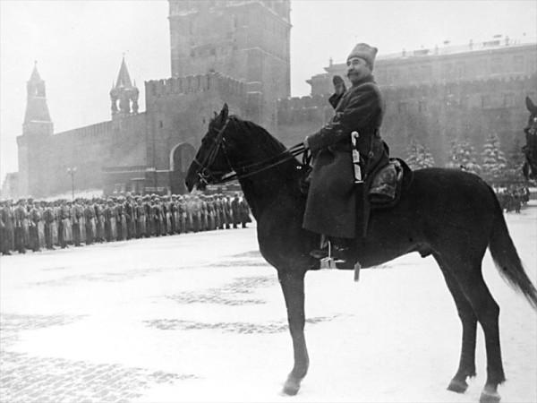 Будённый принимает парад 7 ноября 1941 года